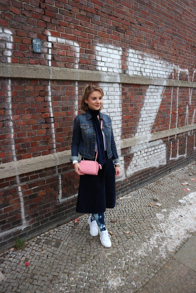 Ein Look mit Kompressionsstrümpfen in Batik von Juzo zur Fashion Week
