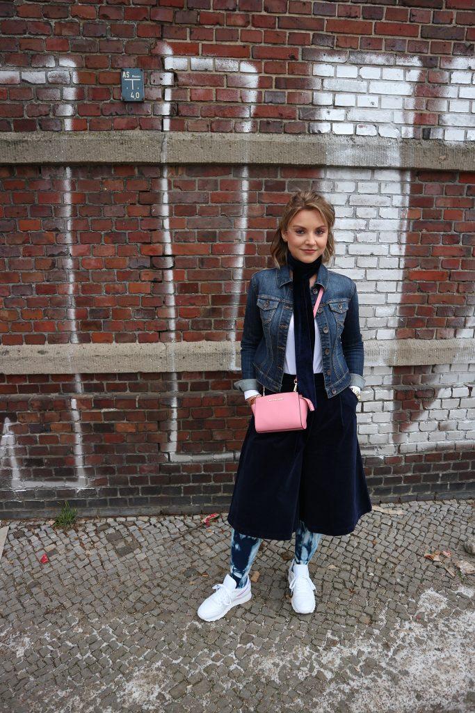 Ein Outfit mit Kompressionsstrümpfen in Batik von Juzo zur Fashion Week