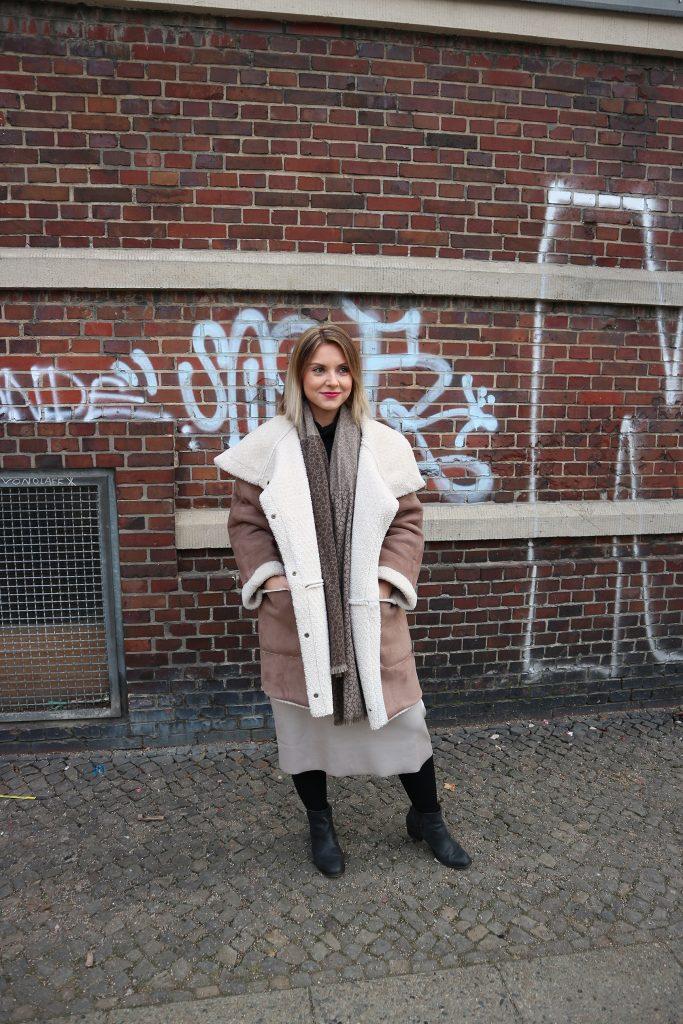 Ein Look mit schwarzen Kompressionsstrümpfen von Juzo zur Fashion Week