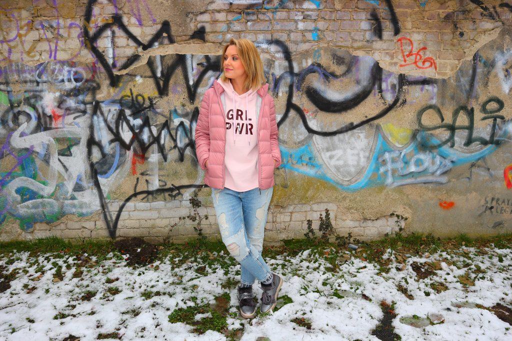 Ein Outfit mit der Trendfarbe Pink