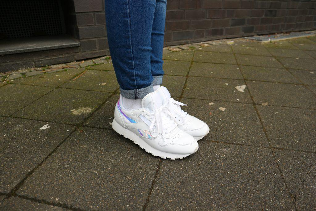 Weiße Sneaker von Reebok sind perfekt für den Frühling