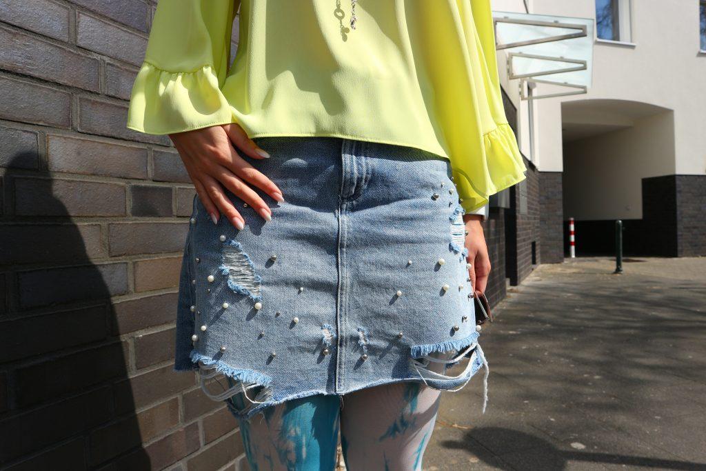 Ein Jeansrock mit Perlen