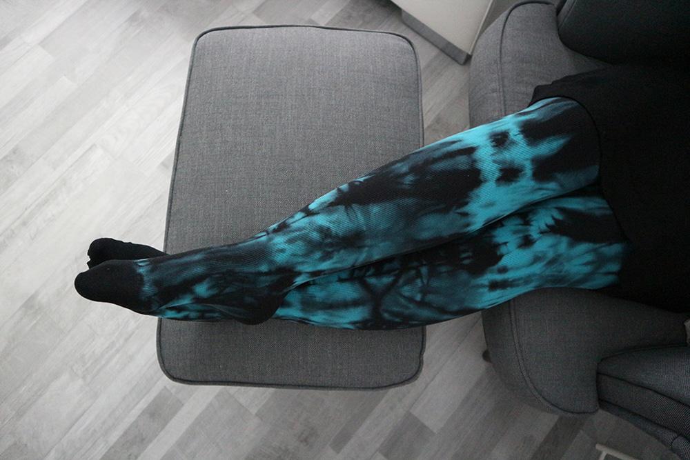 Eine Kompressionsstrumpfhose mit Batik