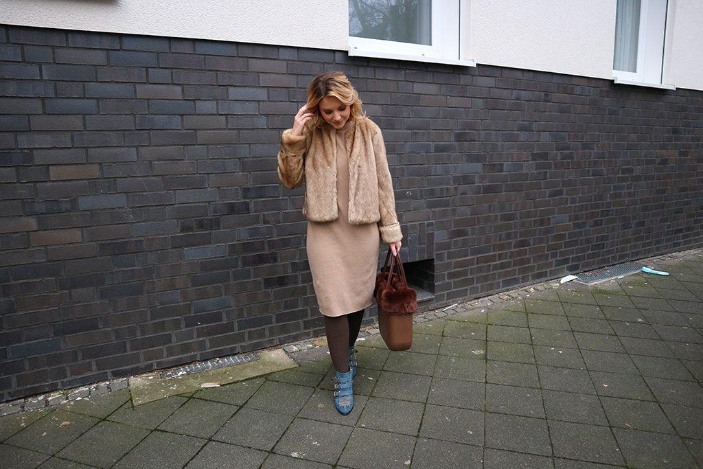 Ein Outfit in Beige mit braunen Kompressionsstrümpfen
