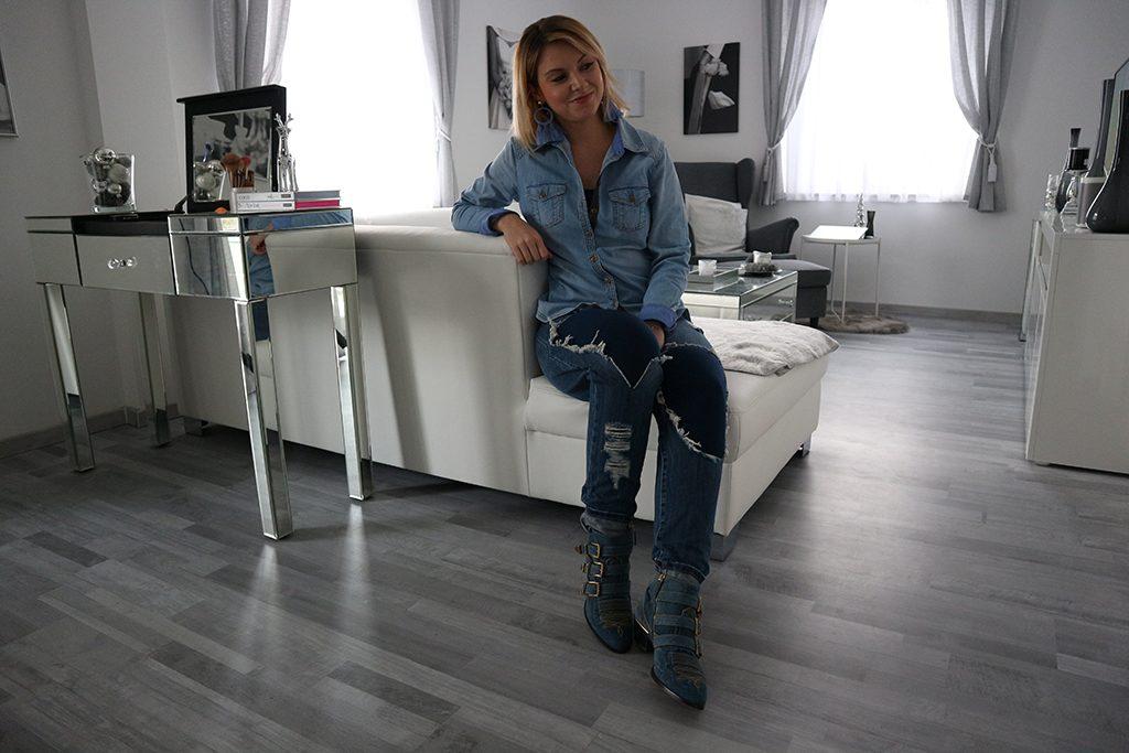 Blaue Kompressionsstrümpfe mit einem Jeans-Outfit